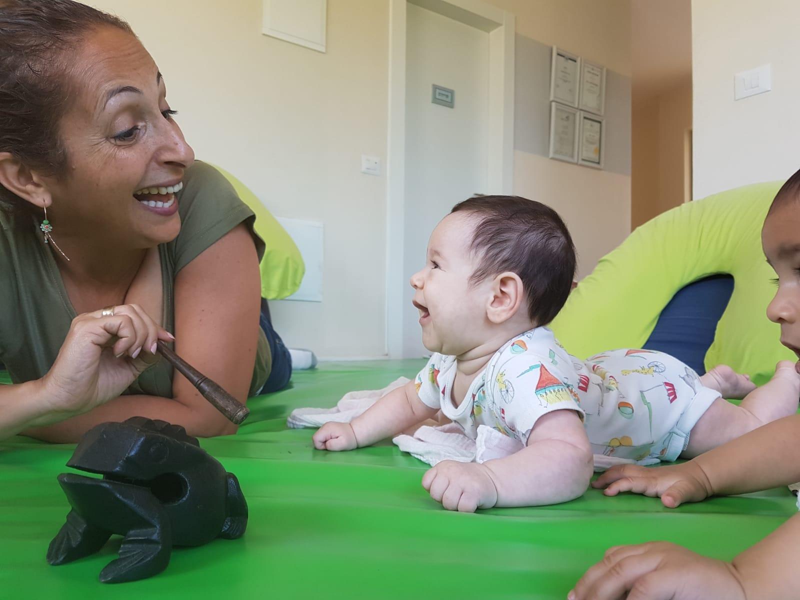 ענבלתנועה   הסדנאות שלי הן סדנאות ליווי התפתחותי ועיסוי תינוקות