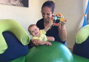 ענבל לתנועה | ליווי התפתחותי: העברות משקל על כדור פיזיו