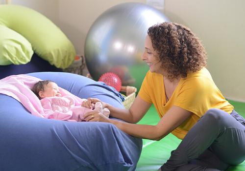 ענבל לתנועה   ליווי התפתחותי - תינוקות קטנטנים וסדר יום, יש דבר כזה?